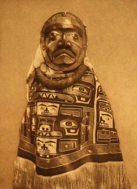 http://www.firstpeople.us/american-indian/people/a-tluwulahu-costume-qagyuhl.html.  a-tluwulahu-costume-qagyuhl, Fotógrafo não identificado