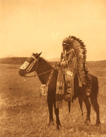 http://www.firstpeople.us/american-indian/people/chief-hector-assiniboin.html.  chief-hector-assiniboin, S/fotógrafo
