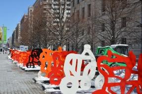 """50306128. Washington.- La obra escultórica del artista mexicano, Gilberto Aceves Navarro """"Las Bicicletas"""" se exhibe en la Plaza Moynihan frente al céntrico edificio Ronald Reagan e International World Trade Center de la capital estadunidense a unas cuadras de la Casa Blanca. NOTIMEX/FOTO/ESPECIAL/COR/ACE/ La muestra de arte urbano –presentada como una instalación- es una propuesta de Aceves Navarro para promover el uso de la bicicleta como medio alternativo de transporte. La exhibición en la capital estadunidense consta de 83 de las 250 piezas que componen la colección, la cifra representa un tributo al octogésimo tercer aniversario del nacimiento de uno de los más celebrados representantes del expresionismo abstracto en México."""
