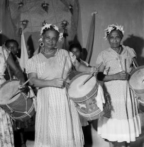 ©-Marcel-Gautherot-Caixeiras-do-Divino-com-flores-de-estrela-na-cabeça-–-Cururupu-Maranhão-1958