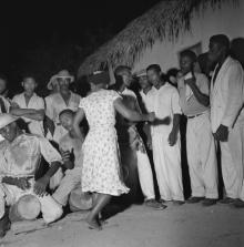 © Marcel Gautherot – Coureiras dançando diante dos tocadores e cantadores – Cururupu, Maranhão, 1958