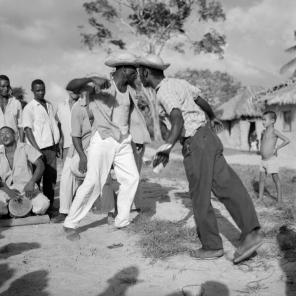©-Marcel-Gautherot-Homens-dando-pernada-no-tambor-de-crioula-–-Cururupu-Maranhão-1958