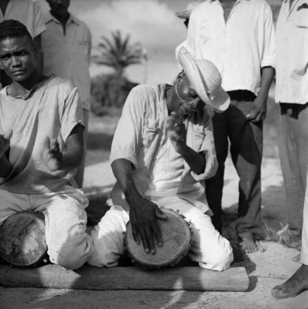 Marcel Gautherot – Tocando meião e crivador – Cururupu, Maranhão, 1958